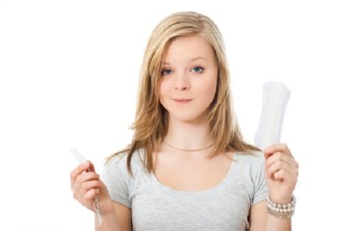 Junge Dame mit Tampon und Binde