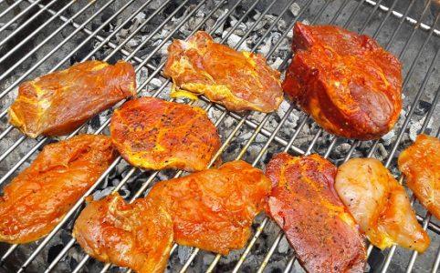 rotes Fleisch auf dem Grill