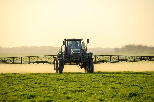 Traktor bringt Gifte aus