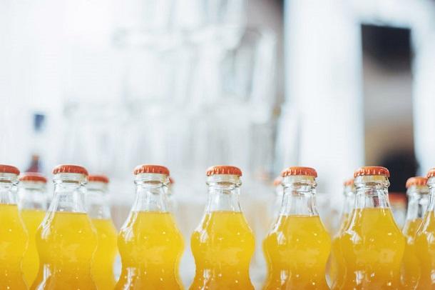 Limonade in Flaschen (Farbe wie Fanta)