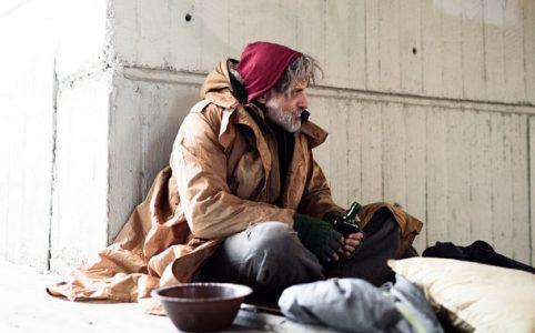 Armut: Obdachloser Mann beim Betteln