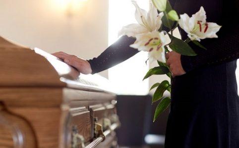 Beerdigung - Person am Sarg