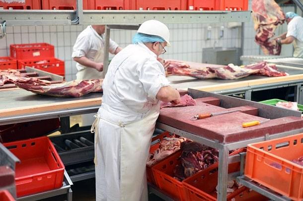 Metzger beim zerlegen von Fleisch