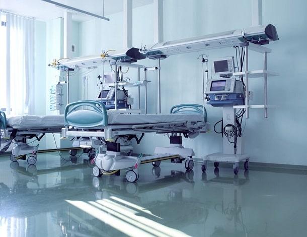 leeres Klinikbett