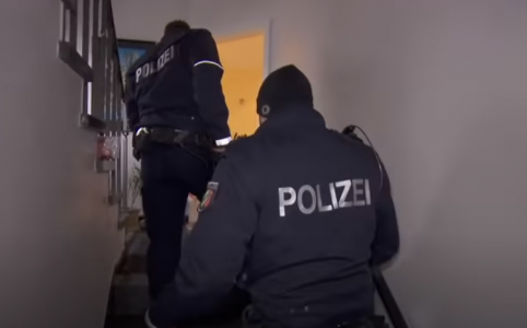 Polizei betritt Wohnung